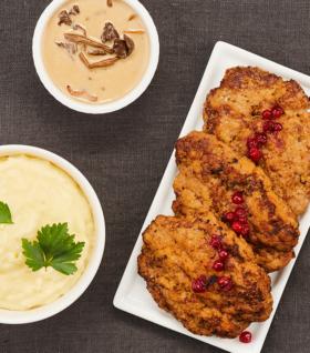 lunch-catering-wallenbergare-med-kantarellsås-lingon-och-potatismos